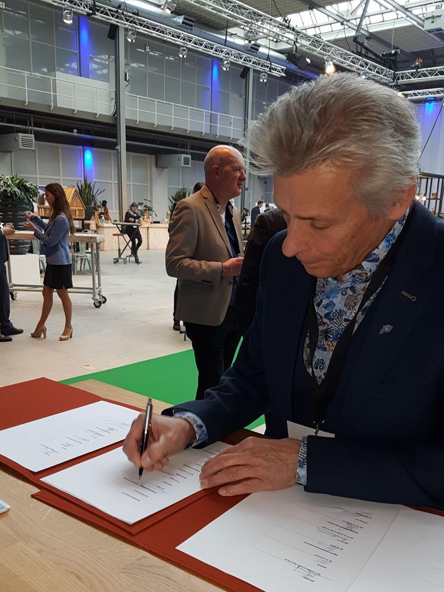 Ondertekening Plastic Pact door bestuursvoorzitter Jac. Gofers